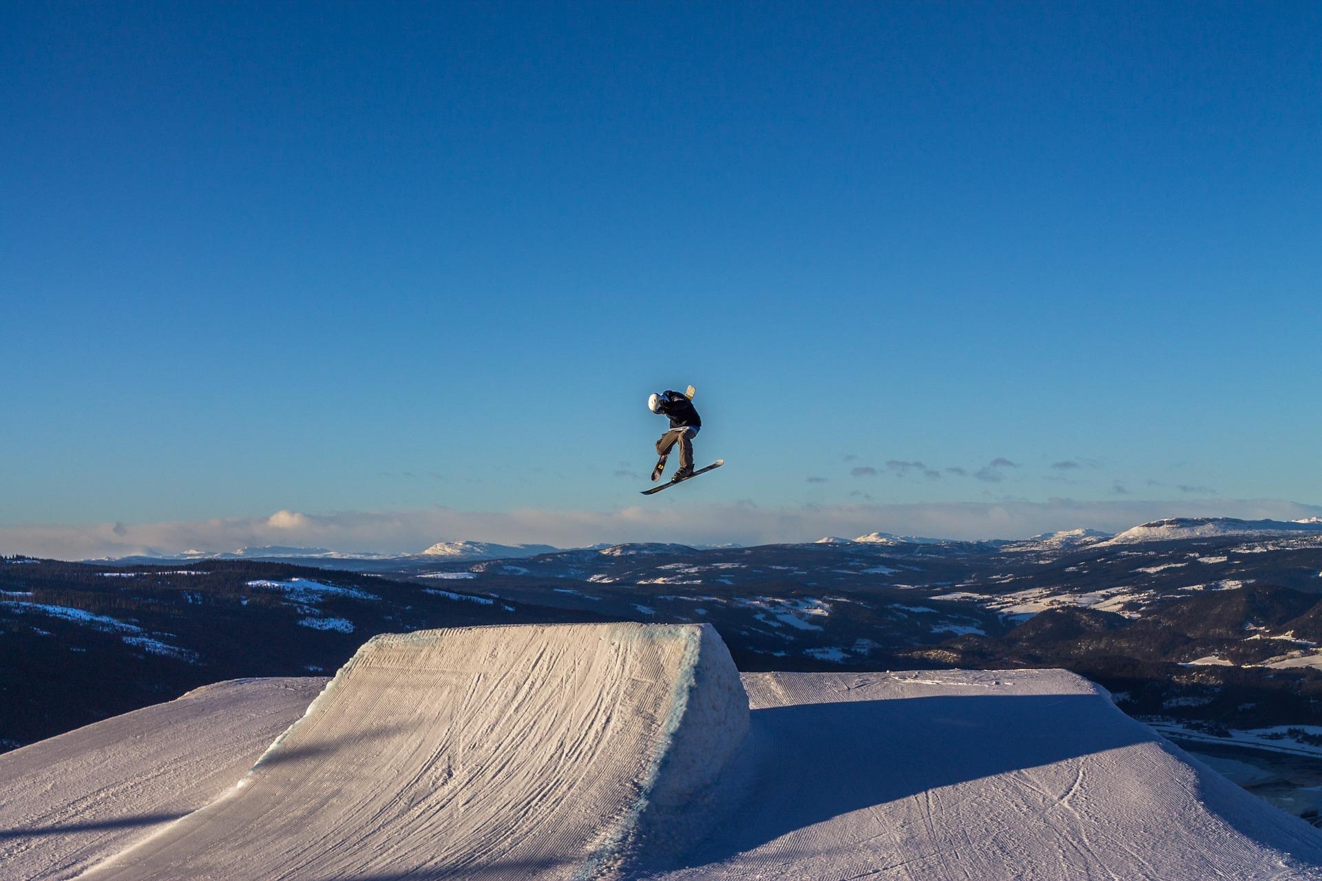 Person med skateboard hopper opp i lufta.