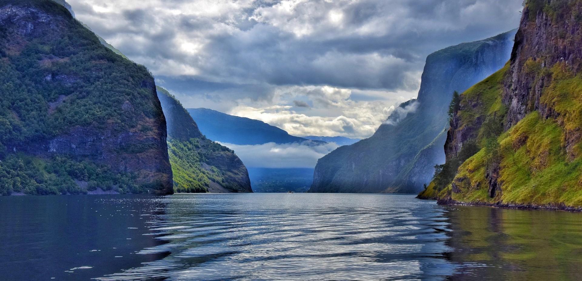 Fjord med bratte fjell på hver side