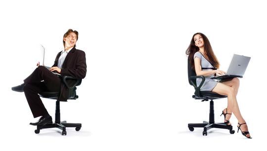 Mann og kvinne sitter på hver sin stol med avstand til hverandre og hver sin laptop i fanget.