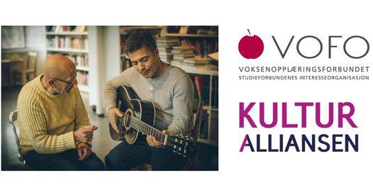 To menn sitter sammen, den ene spiller gitar.